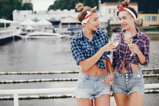 Stylowe szałowe dziewczyny z winem