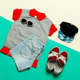 Stylowe ubrania. moda na deskorolce. skoncentruj się na czerwonym. czapki, trampki, szorty. aktywny styl