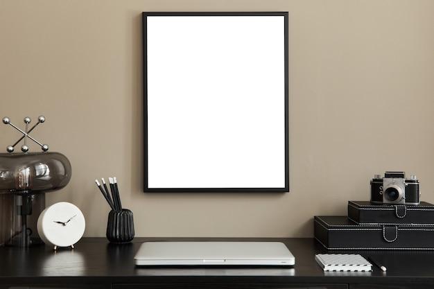 Stylowe wnętrze biura domowego z ramką plakatową na laptopa i eleganckim szablonem akcesoriów