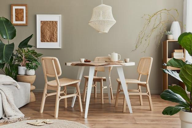 Stylowe wnętrze jadalni w przytulnym domu z białą ramą, designerskimi krzesłami, rodzinnym stołem, czajnikiem, filiżankami, dekoracją i eleganckimi akcesoriami osobistymi w nowoczesnym wystroju domu.