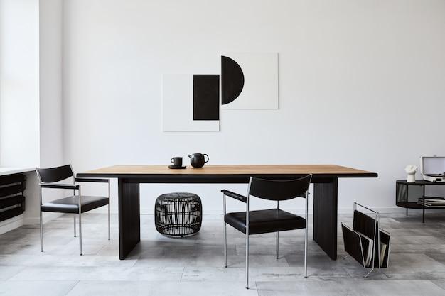 Stylowe wnętrze jadalni z designerskim drewnianym stołem rodzinnym, czarnymi krzesłami, czajnikiem z kubkiem, makiety na ścianach i eleganckimi dodatkami w nowoczesnym wystroju domu. szablon.