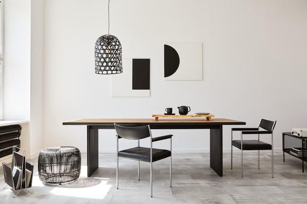 Stylowe wnętrze jadalni z designerskim drewnianym stołem rodzinnym, czarnymi krzesłami, czajnikiem z kubkiem, makiety na ścianach i eleganckimi dodatkami w nowoczesnym wystroju wnętrz. szablon.