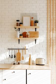 Stylowe wnętrze kuchni w odcieniach bieli i beżu, tło wiosna