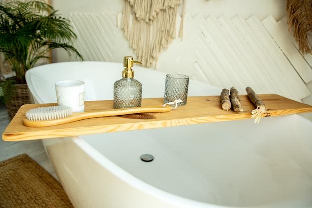 Stylowe wnętrze łazienki w stylu boho. w łazience znajduje się półka na pędzle, mydło i olejki do ciała.