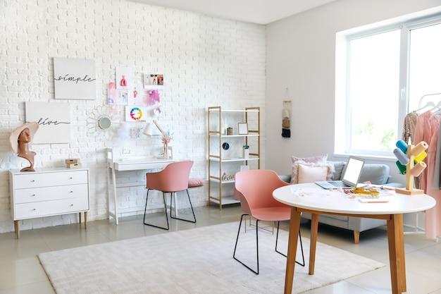 Stylowe wnętrze miejsca pracy projektanta mody