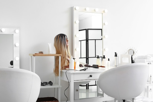 Stylowe wnętrze nowoczesnego salonu fryzjerskiego