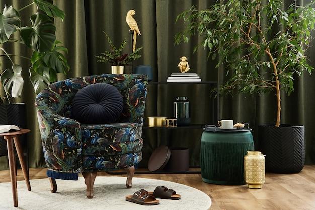 Stylowe wnętrze nowoczesnego salonu z fotelem w stylu retro, roślinami, pufą i kreatywnymi dodatkami osobistymi. koncepcja miejskiej dżungli. szablon.