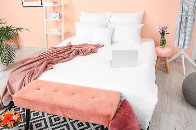Stylowe wnętrze pokoju z łóżkiem i ławką