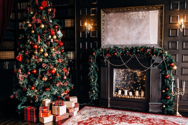 Stylowe wnętrze pokoju z piękną choinką i dekoracyjnym kominkiem