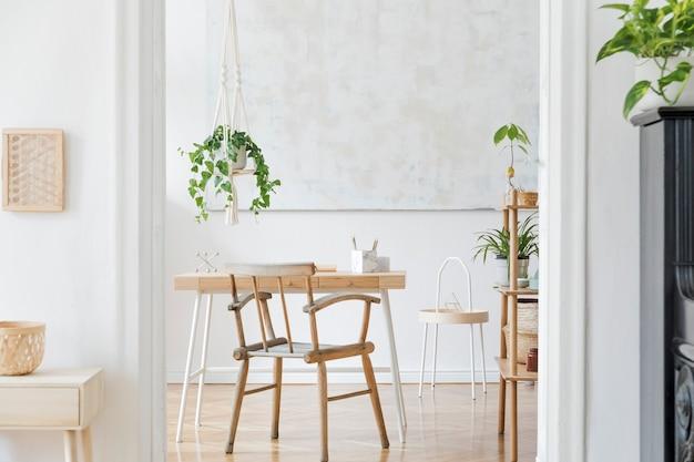 Stylowe wnętrze przestrzeni roboczej w stylu boho z drewnianą lampą na biurko i białą półką design i eleganckie akcesoria osobiste