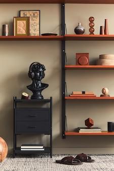 Stylowe wnętrze salonu z designerską czarną statuą, drewnianym regałem, lampą wiszącą, dekoracją dywanową, ramkami na zdjęcia i eleganckimi dodatkami osobistymi w nowoczesnym stylu retro.