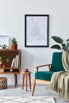 Stylowe wnętrze salonu z designerską drewnianą półką, aksamitną sofą, roślinami, mapą plakatową, magnetofonem winylowym, książką, kaktusami i akcesoriami osobistymi w wystroju domu w stylu retro.