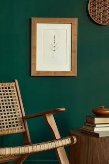 Stylowe wnętrze salonu z designerskim fotelem z rattanu i szablonem makiety ramki plakatowej