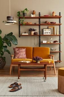 Stylowe wnętrze salonu z miodowożółtą sofą, drewnianym regałem, roślinami, komodą, ramą na obraz, dywanem, dekoracją i eleganckimi akcesoriami w wystroju domu. szablon.