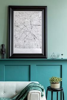 Stylowe wnętrze salonu z ramą plakatową, miętową sofą, meblami, roślinami, dekoracjami i eleganckimi dodatkami osobistymi