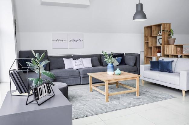 Stylowe wnętrze salonu z wygodnymi sofami i stołem