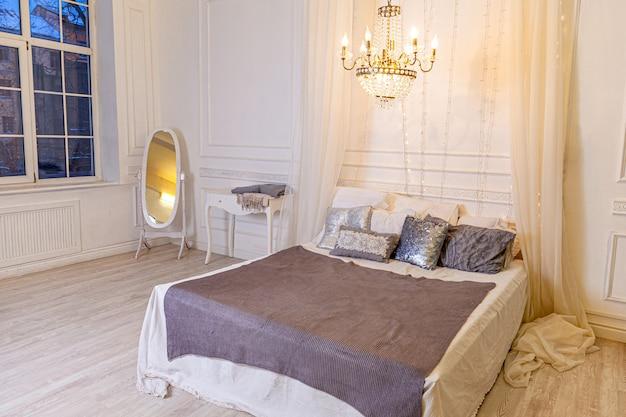 Stylowe wnętrze sypialni na poddaszu