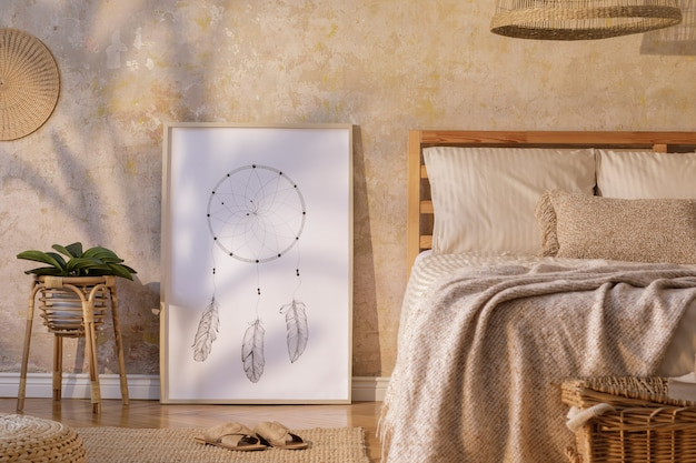 Stylowe wnętrze sypialni z mocną ramą plakatową, designerskimi meblami, roślinami, rattanową dekoracją i eleganckimi akcesoriami osobistymi. piękna beżowa pościel, koc i poduszki. szablon.