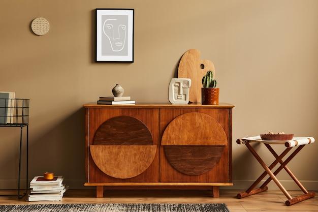Stylowe wnętrze z designerską drewnianą komodą, stołkiem, kaktusami w doniczce, niepowtarzalną dekoracją, dywanem, stelażem i eleganckimi dodatkami osobistymi. nowoczesny salon w klasycznym domu.