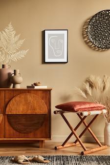 Stylowe wnętrze z designerską drewnianą komodą, stołkiem, suszonymi kwiatami w wazonie, niepowtarzalną dekoracją, wykładziną, stelażem i eleganckimi dodatkami osobistymi. nowoczesny salon w klasycznym domu.