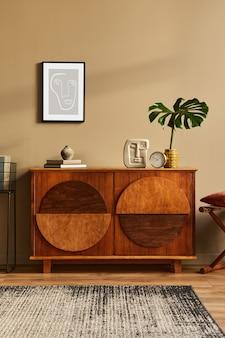 Stylowe wnętrze z designerską drewnianą komodą, stołkiem, tropikalnym liściem w wazonie, unikalną dekoracją, dywanem, makietową ramą plakatową i eleganckimi akcesoriami osobistymi