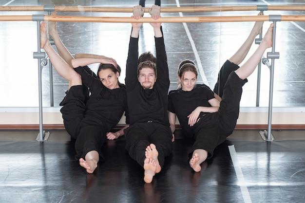 Stylowe współczesne tancerze w studio