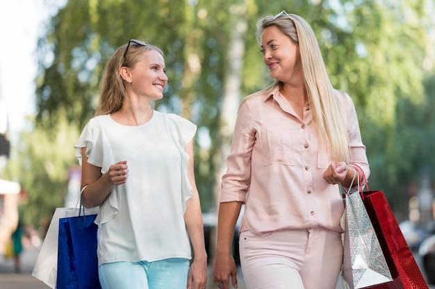Stylowi przyjaciele szczęśliwi razem na zakupy
