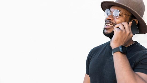 Stylowy afroamerykanin rozmawia przez telefon
