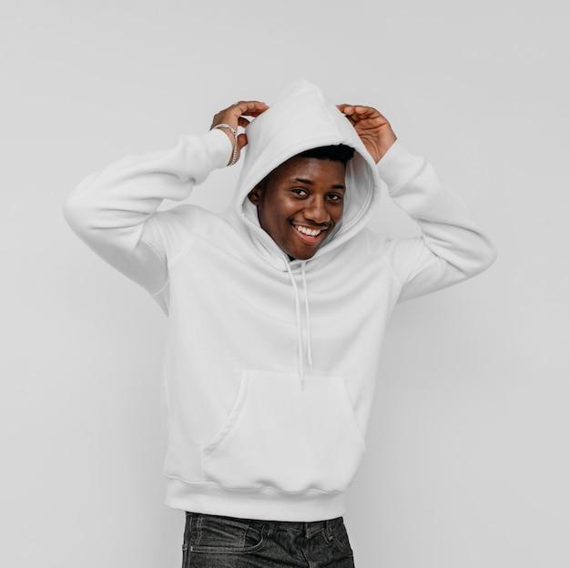 Stylowy afroamerykanin ubrany w pustą bluzę z kapturem