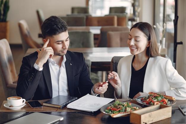 Stylowy biznesmen pracujący w biurze i korzystać z telefonu