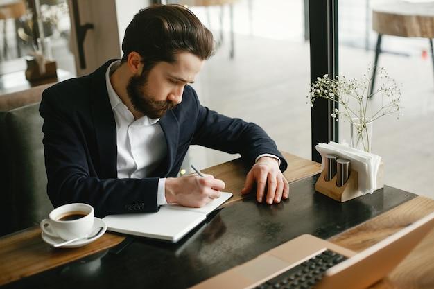Stylowy biznesmen pracuje w biurze