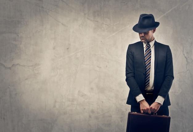 Stylowy biznesmen z walizką