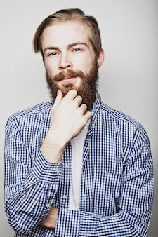 Stylowy brodaty mężczyzna