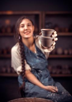 Stylowy ceramista pokazuje, jak pracować z gliną