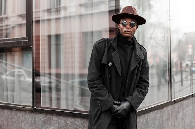 Stylowy dorosły mężczyzna w okularach przeciwsłonecznych i kapeluszu