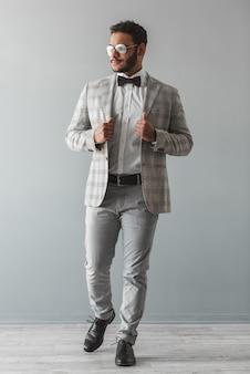 Stylowy facet afro american w garniturze
