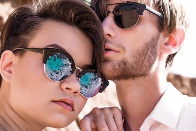 Stylowy facet i dziewczyna w okularach przeciwsłonecznych