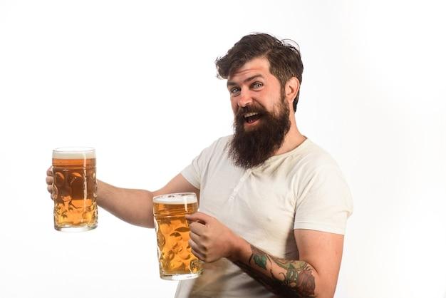 Stylowy facet w kawiarni pubie piwo czas alkohol szkodliwe nawyki emocjonalne brodaty pijany hipster mężczyzna