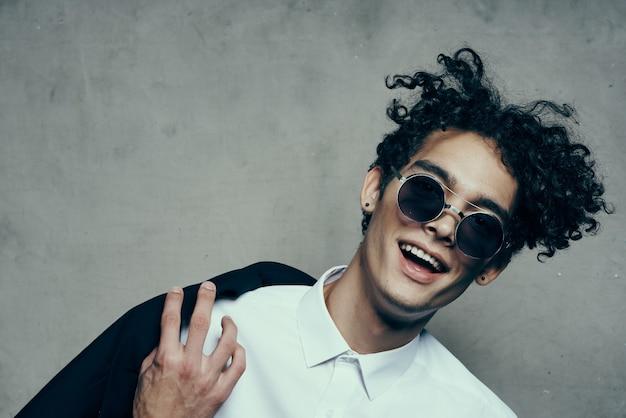 Stylowy facet z kręconymi włosami emocjami szeroko otwartymi ustami model portretowy