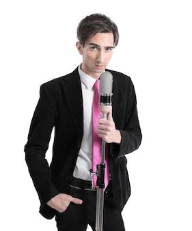 Stylowy facet z mikrofonem, śpiewający jazz. na białym tle