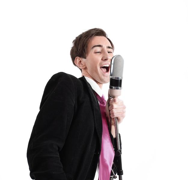 Stylowy facet z mikrofonem śpiewający jazz