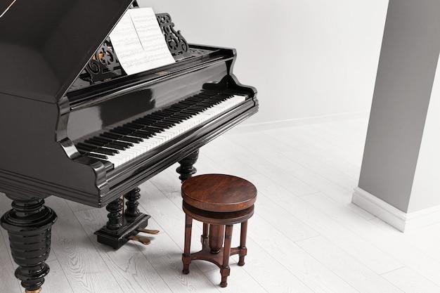 Stylowy fortepian w jasnym pomieszczeniu