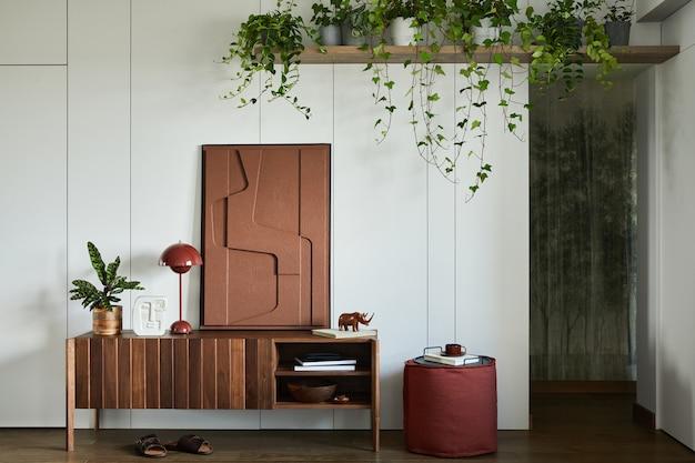Stylowy i kreatywny wystrój wnętrza salonu z drewnianą komodą, malowaniem konstrukcji, roślinami i osobistymi dekoracjami. słoneczna i klasyczna przestrzeń, minimalistyczny styl. szablon.