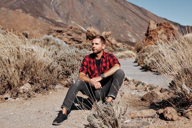 Stylowy i modny mężczyzna w stylu hipster na górach.