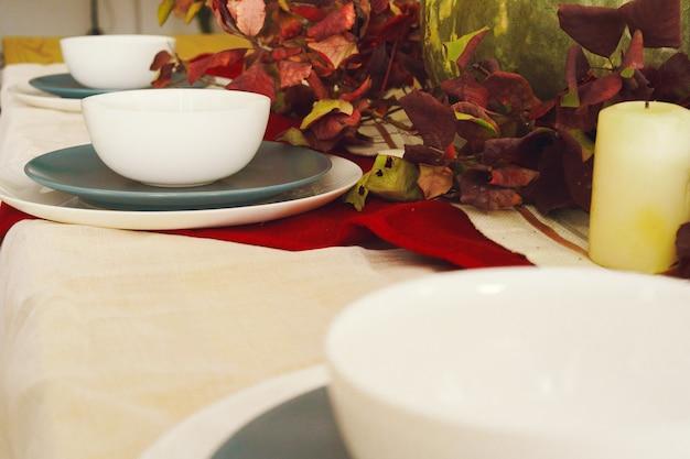Stylowy jesienny dziękczynny wystrój stołu z dynią i suszonymi gałązkami