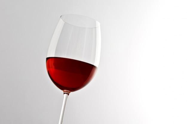 Stylowy kieliszek czerwonego wina