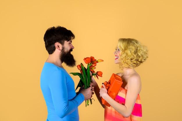 Stylowy mężczyzna dający swojej dziewczynie obecne wakacje miłość związek randki szczęśliwa kobieta otrzymująca