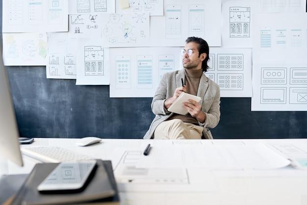 Stylowy mężczyzna pracujący w biurze