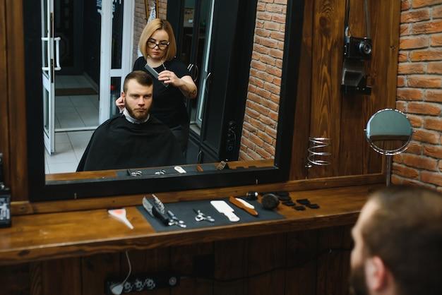 Stylowy mężczyzna siedzi fryzjer sklep hairstylist hairdresser