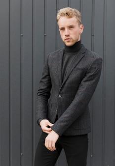 Stylowy mężczyzna układający rękaw kurtki